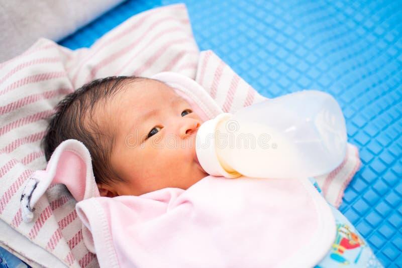 Το μωρό απορροφά το μπουκάλι στοκ φωτογραφίες