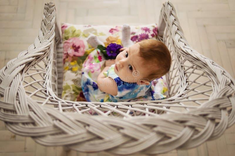 Το μωρό εξετάζει στοκ φωτογραφίες