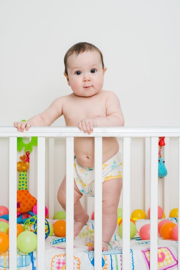Το μωρό μαθαίνει να στέκεται στοκ εικόνα