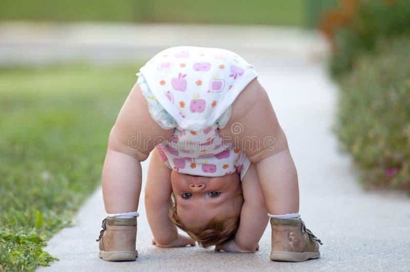 Το μωρό παίζει ακριβώς στην οδό στοκ εικόνα