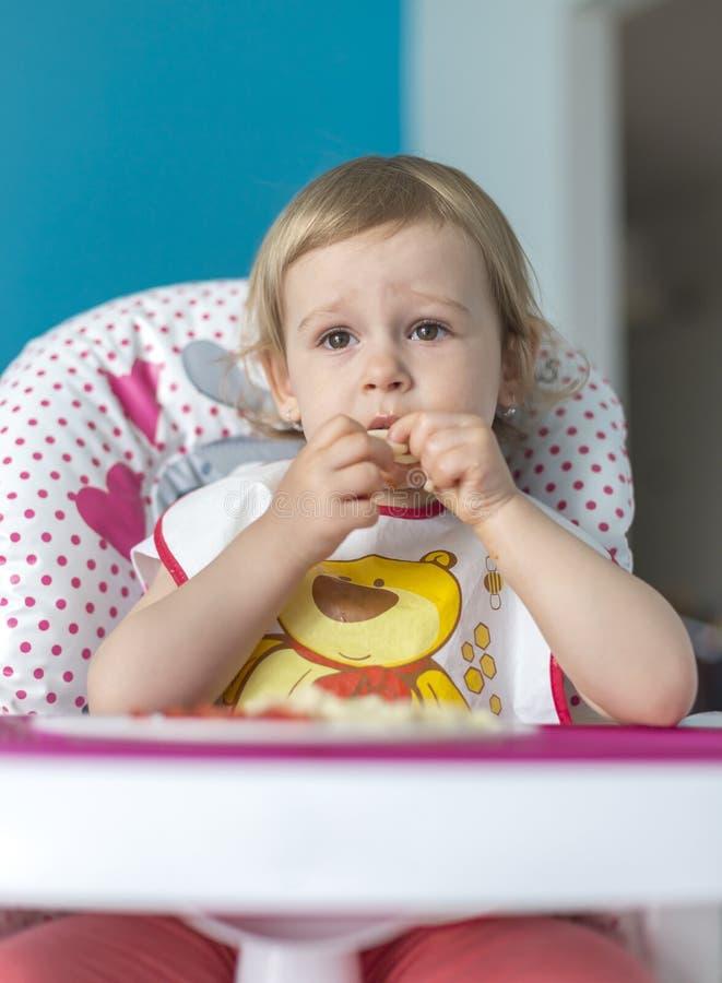 Το μωρό προγευματίζει ντομάτες με το ψωμί στοκ εικόνα