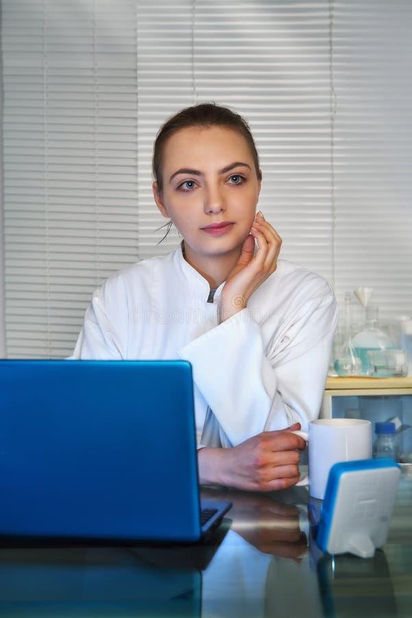 Το νέος medtech, ο γιατρός ή ο επαγγελματίας πίνουν τον καφέ μπροστά από στοκ φωτογραφία με δικαίωμα ελεύθερης χρήσης