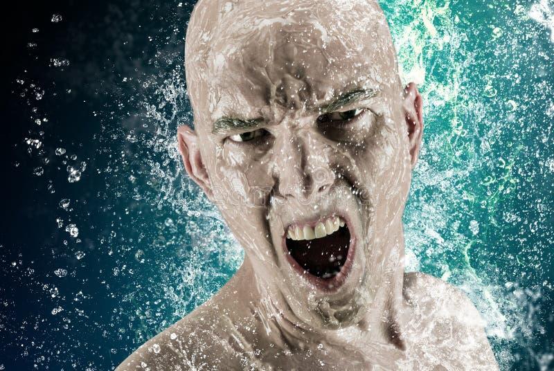 Το νέο άτομο baldhead που περιβάλλεται με το ράντισμα του πυροβολισμού διαφήμισης νερού στοκ φωτογραφίες