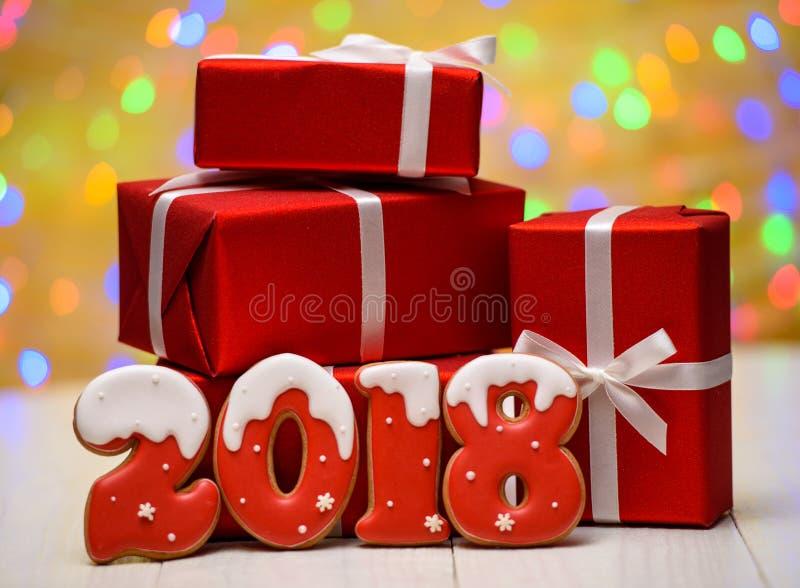 Το νέο έτος 2018 έκανε με τα μπισκότα μελοψωμάτων με το bokeh και το σχέδιο φλογών φακών στο χρυσό υπόβαθρο, διάστημα αντιγράφων στοκ φωτογραφία με δικαίωμα ελεύθερης χρήσης