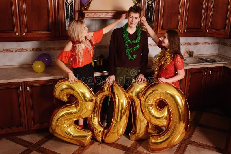 Το νέο έτος του 2019 έρχεται Ομάδα εύθυμης μεταφοράς νέων στοκ εικόνα με δικαίωμα ελεύθερης χρήσης