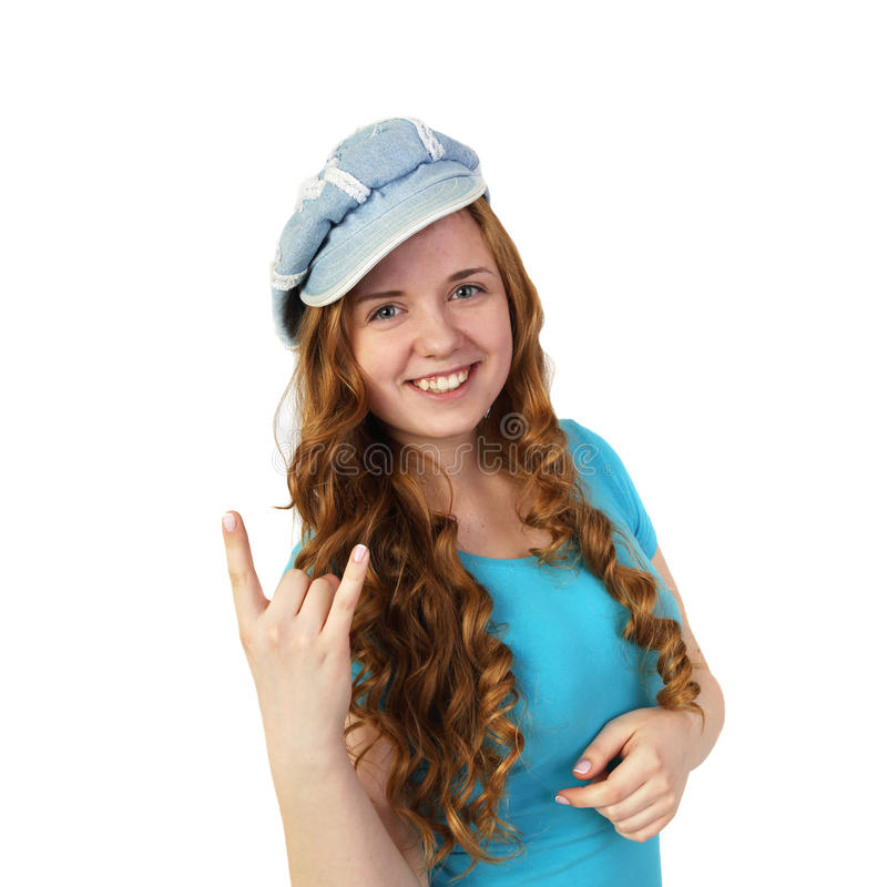Το νέο αρκετά redhead κορίτσι στην ΚΑΠ παρουσιάζει χειρονομία βαρύ μετάλλου στοκ φωτογραφίες