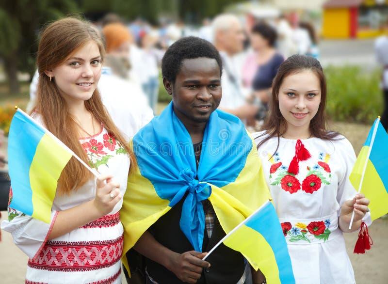 Το νέο αφρικανικό άτομο και τα λευκά κορίτσια στοκ φωτογραφία με δικαίωμα ελεύθερης χρήσης