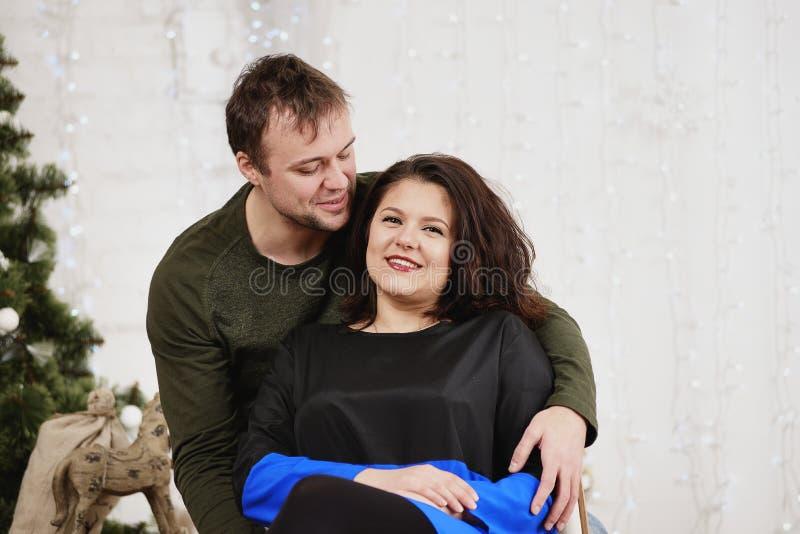 Download Το νέο γέλιο συζύγων και συζύγων στα Χριστούγεννα διακοσμεί το δωμάτιο Στοκ Εικόνες - εικόνα από εορταστικός, σχέση: 62703598