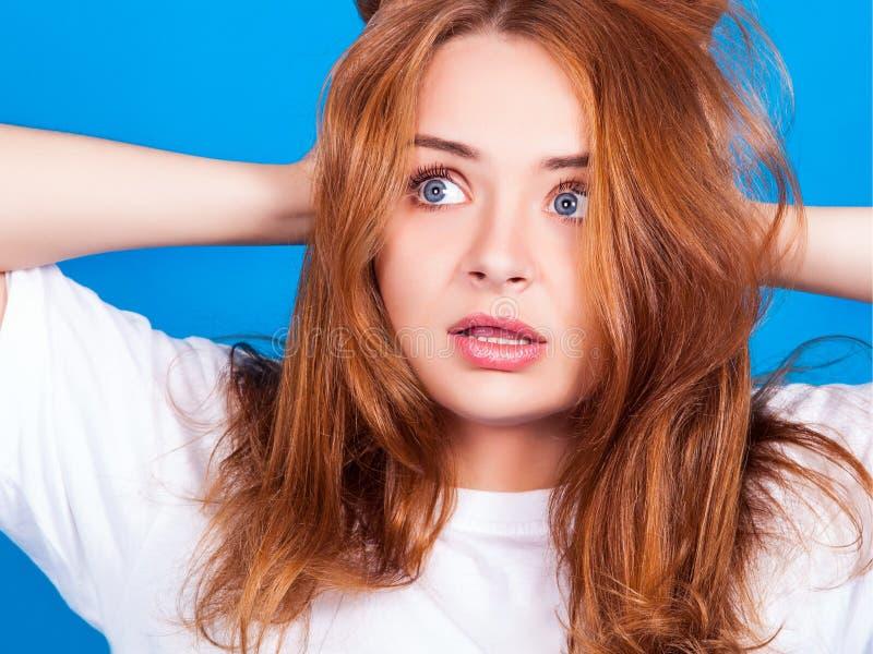 Το νέο ελκυστικό κοκκινομάλλες κορίτσι που εκφοβίζεται ανατρέχει στοκ εικόνες με δικαίωμα ελεύθερης χρήσης