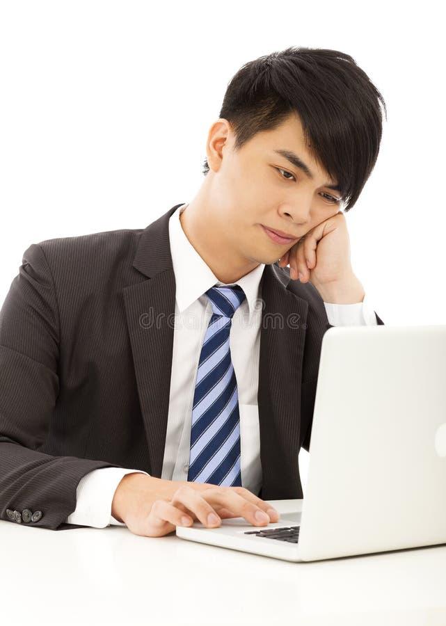 Το νέο επιχειρησιακό άτομο αισθάνεται κουρασμένο ή με το lap-top στοκ φωτογραφίες με δικαίωμα ελεύθερης χρήσης