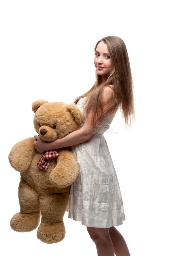 Το κορίτσι που κρατά το μαλακό παιχνίδι αντέχει στοκ εικόνα