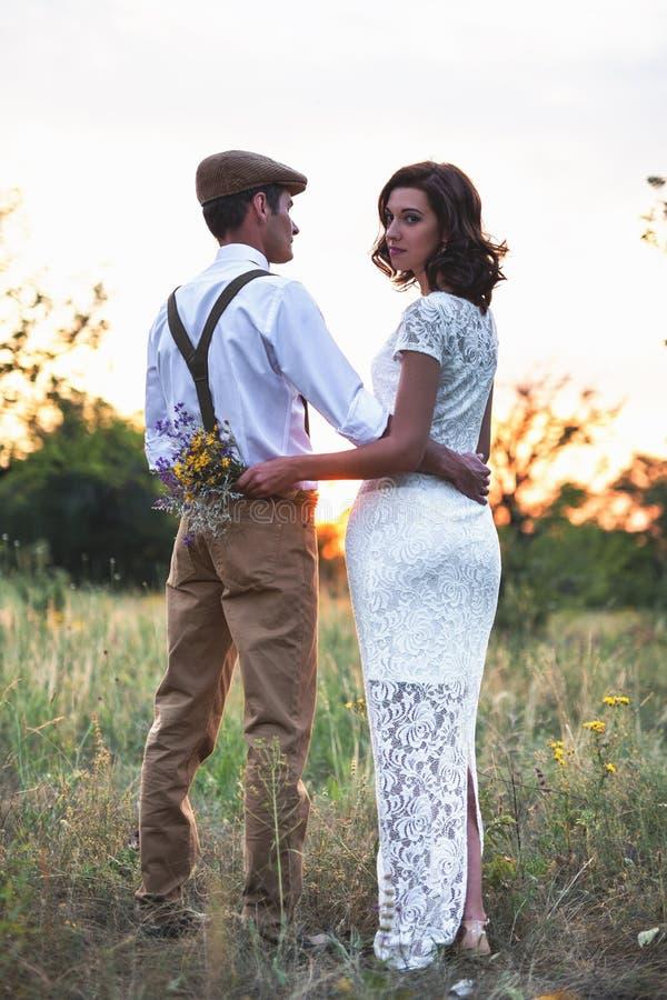 Το νέο ζεύγος έχει το γάμο στο αγροτικό ύφος στον τομέα στοκ εικόνες με δικαίωμα ελεύθερης χρήσης