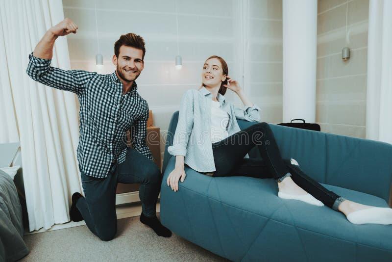 Το νέο ζεύγος έχει τη διασκέδαση στο νέο διαμέρισμα στοκ εικόνα με δικαίωμα ελεύθερης χρήσης