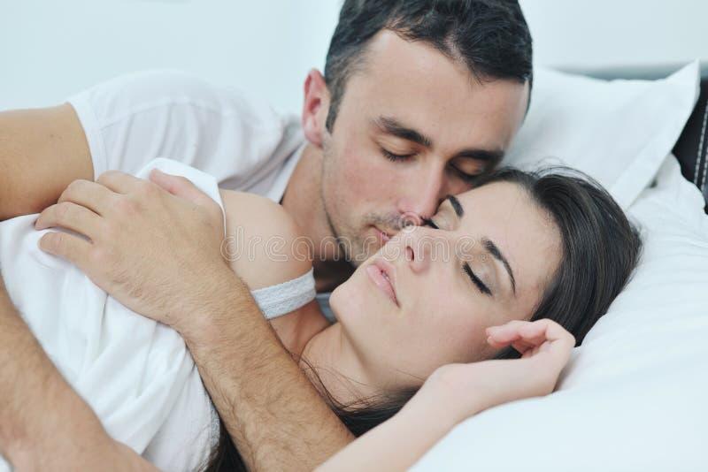 Το νέο ζεύγος έχει τον καλό χρόνο στην κρεβατοκάμαρά τους στοκ φωτογραφία με δικαίωμα ελεύθερης χρήσης
