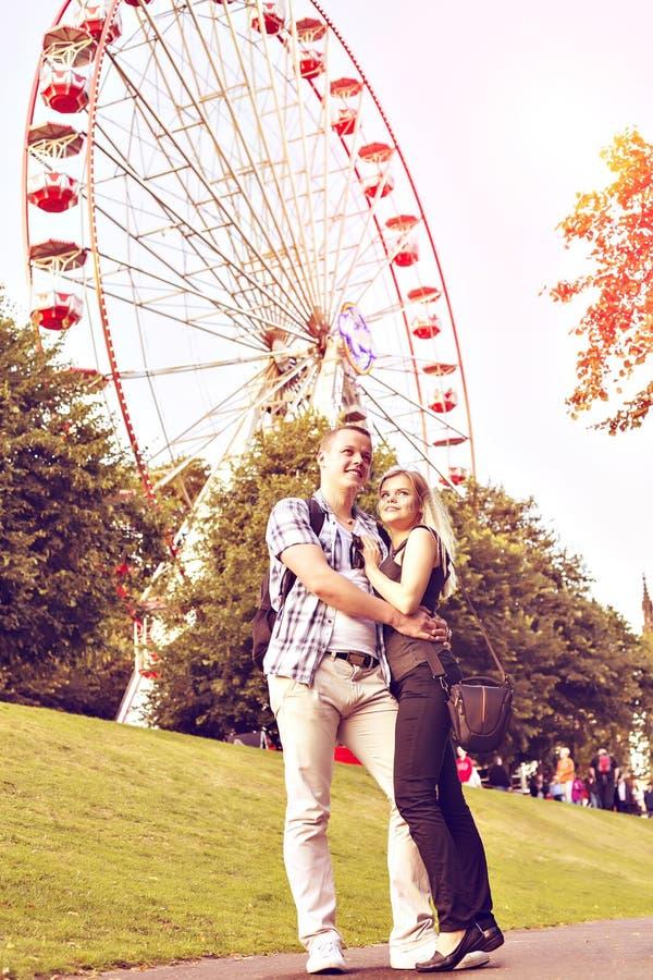 Το νέο ζεύγος έχει τον καλό χρόνο στο θερινό πάρκο στοκ φωτογραφίες