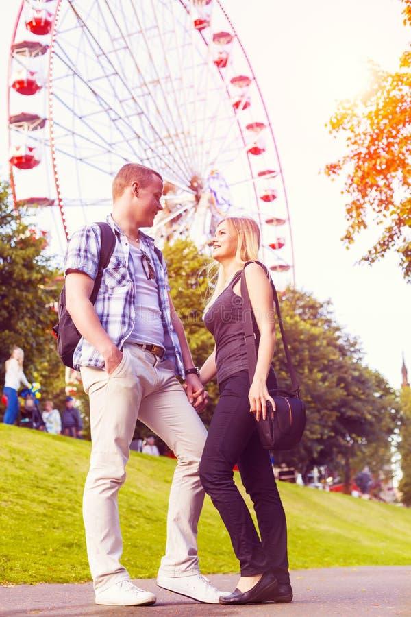 Το νέο ζεύγος έχει τον καλό χρόνο στο θερινό πάρκο στοκ φωτογραφία με δικαίωμα ελεύθερης χρήσης