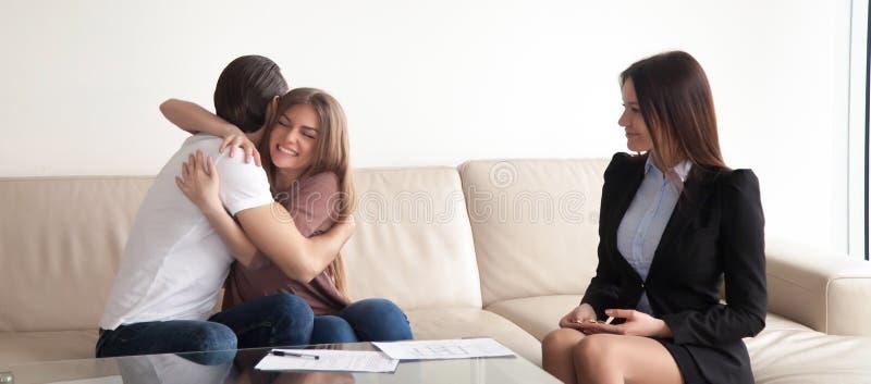 Το νέο ζεύγος αγκαλιάσματος απολαμβάνει το διαμέρισμα, επιτυχής διαπραγμάτευση, στοκ φωτογραφίες με δικαίωμα ελεύθερης χρήσης
