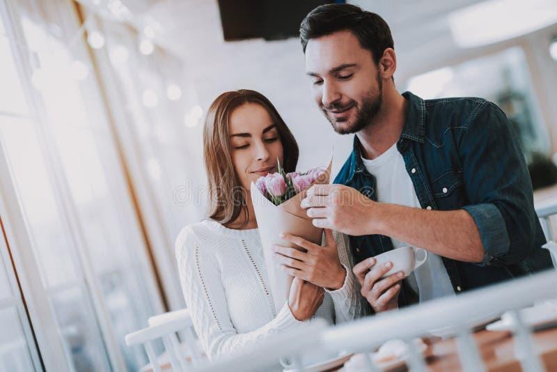 Το νέο ζεύγος στηρίζεται στον καφέ στοκ φωτογραφίες