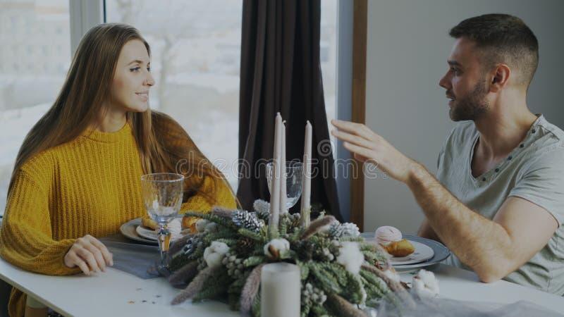 Το νέο ζεύγος τρώει το επιδόρπιο μετά το μεσημεριανό γεύμα και μιλώντας στον καφέ στο εσωτερικό στοκ εικόνα