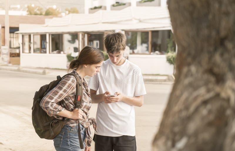 Το νέο ζεύγος ψάχνει τον τρόπο στοκ φωτογραφία με δικαίωμα ελεύθερης χρήσης