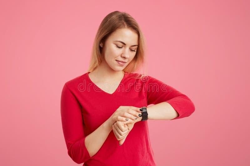 Το νέο θηλυκό έχει να απευθυνθεί να κοιτάξει, ελέγχει το χρόνο στο ρολόι της, έρχεται στη συνεδρίαση νωρίτερα, τρυμένος για να πε στοκ φωτογραφία
