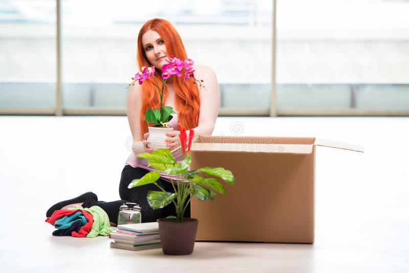 Το νέο κινούμενο σπίτι γυναικών στην έννοια τρόπου ζωής στοκ εικόνες