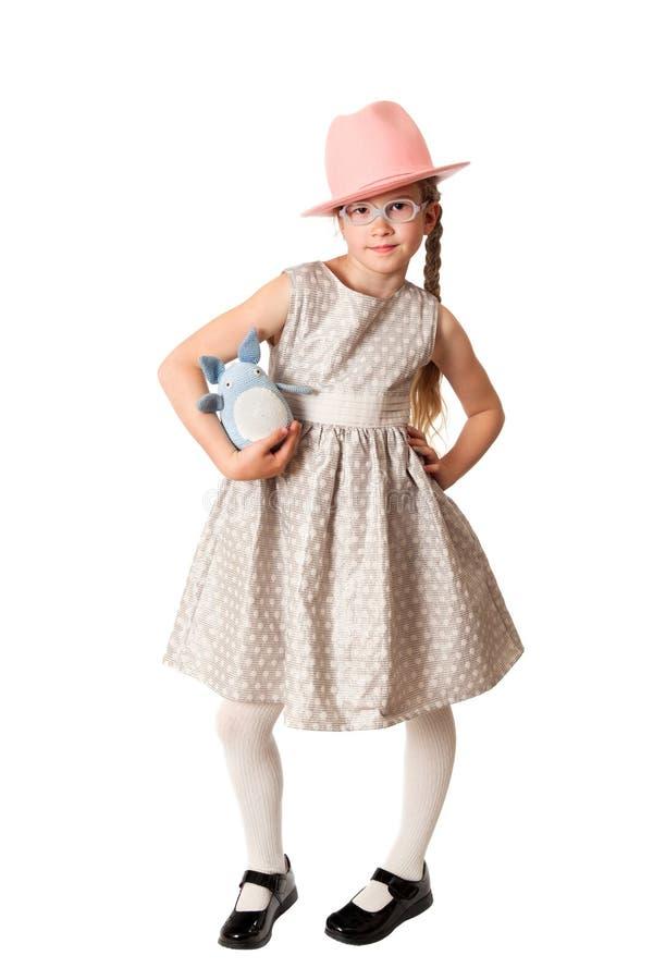 Το νέο κορίτσι θέτει με το μαλακό παιχνίδι στοκ εικόνα