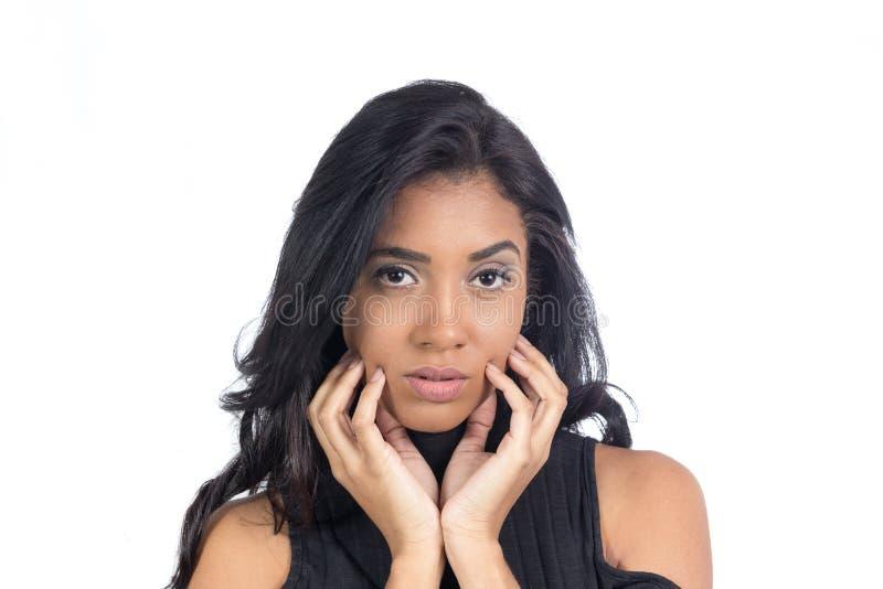 Το νέο κορίτσι κοιτάζει πολύ και touchs το πρόσωπό της Θηλυκό πρότυπο weari στοκ εικόνες