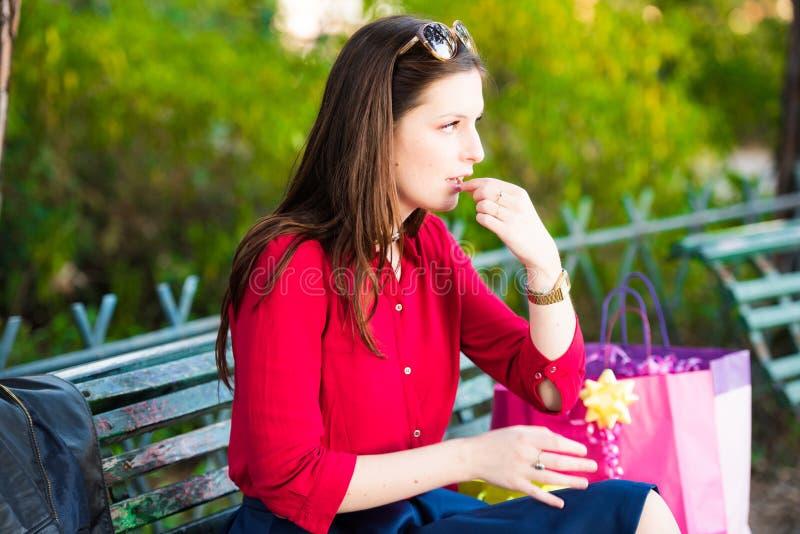 Το νέο κορίτσι παίρνει ένα χάπι στο πάρκο στοκ φωτογραφίες