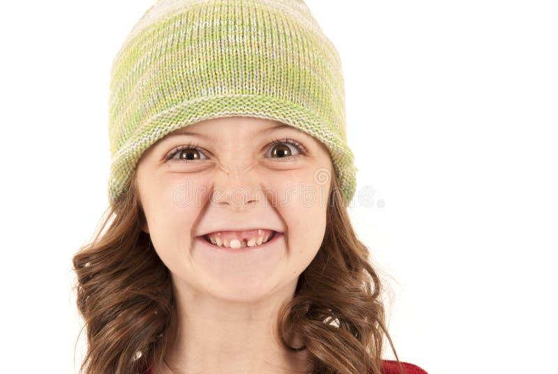 Το νέο κορίτσι πλέκει μέσα το καπέλο που χάνει ένα δόντι στοκ εικόνες