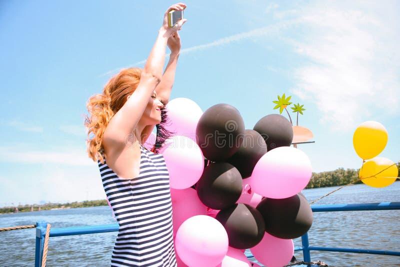 Το νέο κορίτσι χορεύει χέρια smartphone πλοίων καταστρωμάτων στοκ εικόνα