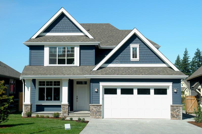 Μπλε σπίτι καινούργιων σπιτιών στοκ εικόνες
