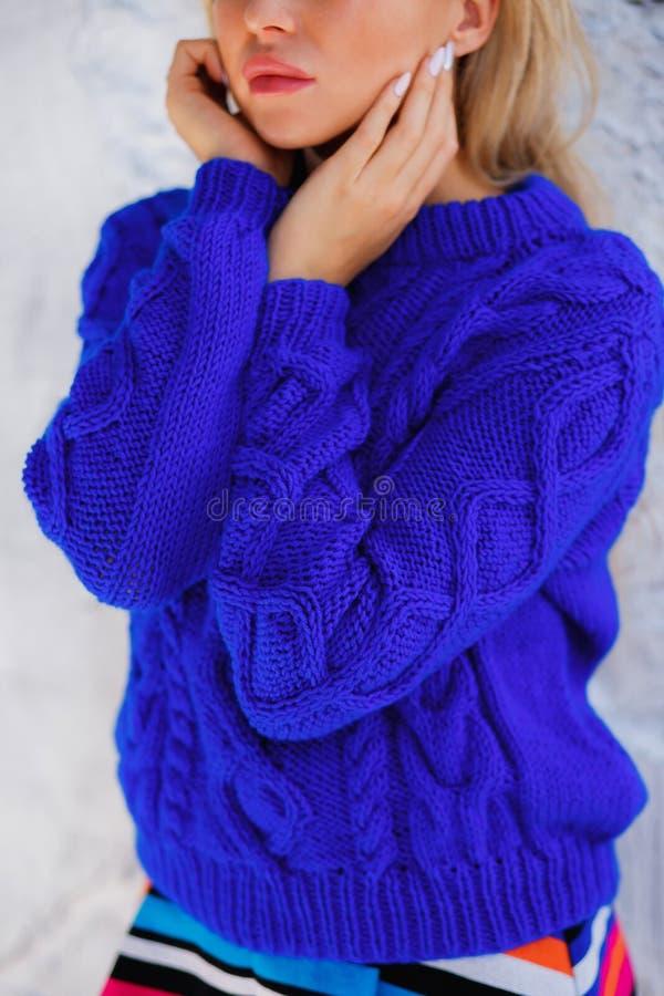 Το νέο ξανθό κορίτσι στο πλεκτό πουλόβερ, κλείνει επάνω το πορτρέτο Χειμερινά ενδύματα Θηλυκό μοντέλο στοκ φωτογραφίες με δικαίωμα ελεύθερης χρήσης