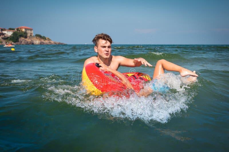 Το νέο παιχνίδι πατέρων με ένα παιδί στη θάλασσα και κάνει το λάθος στοκ φωτογραφία με δικαίωμα ελεύθερης χρήσης