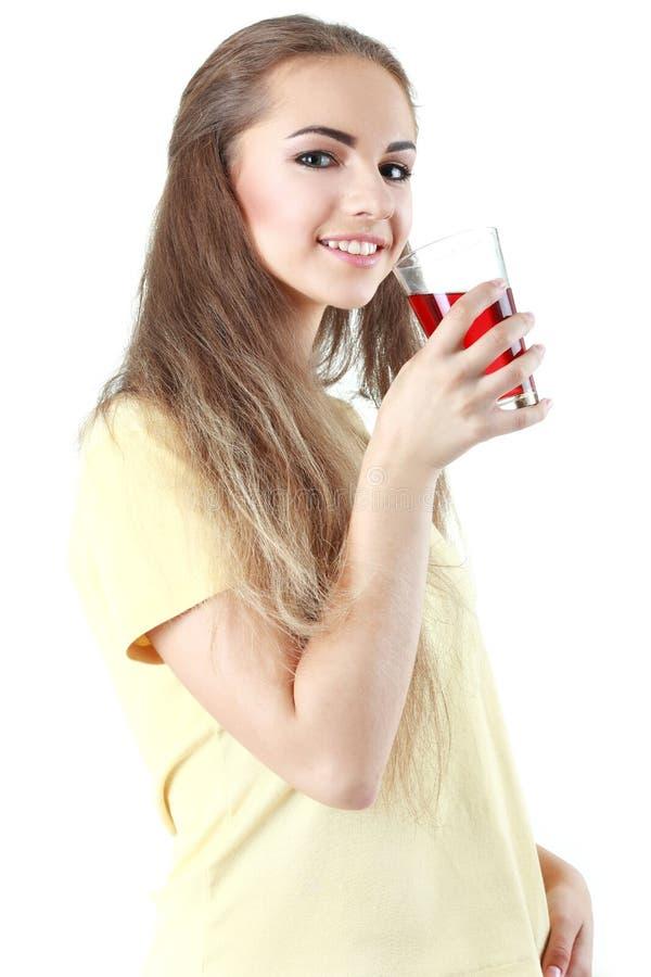 Το νέο στενό επάνω πορτρέτο γυναικών πίνει το χυμό Θηλυκό πρότυπο ευτυχές sm στοκ εικόνα