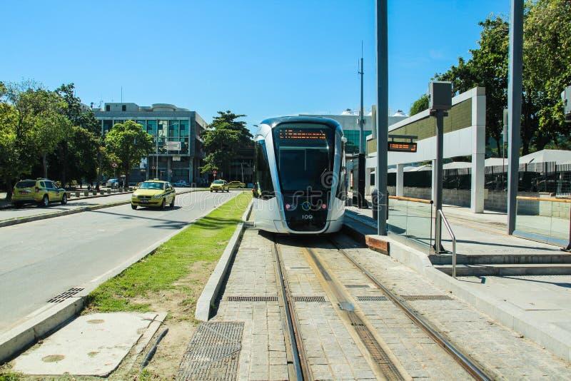 Το νέο τραμ καλεί ` VLT ` μπροστά από τον αερολιμένα του Santos Dumont, στο κέντρο της πόλης του Ρίο ντε Τζανέιρο στοκ φωτογραφίες