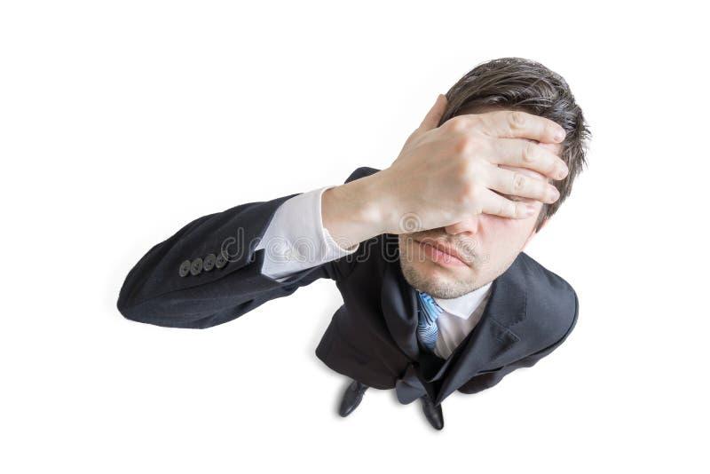 Το νέο δυστυχισμένο και τονισμένο άτομο έκανε το λάθος και καλύπτει το πρόσωπό του με το χέρι η ανασκόπηση απομόνωσε το λευκό κορ στοκ εικόνα