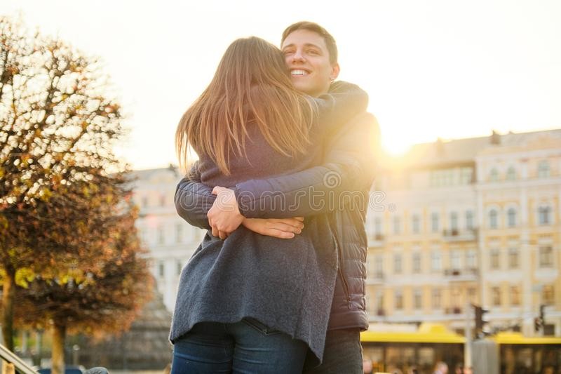 Το νέο όμορφο ζεύγος αγκαλιάζει και έχει τη διασκέδαση, ρωμανική την άνοιξη πόλη, χρυσή ώρα στοκ φωτογραφία