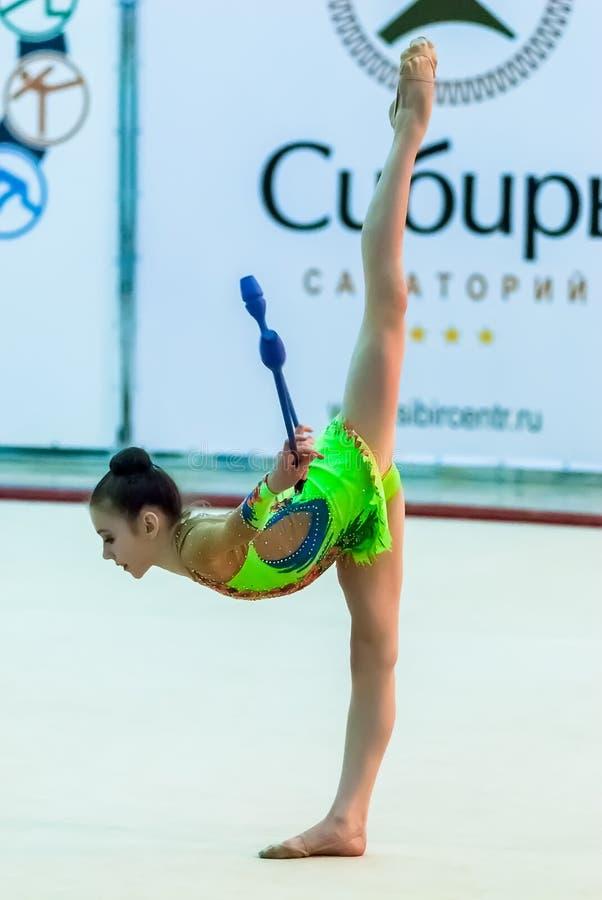 Το νέο όμορφο κορίτσι παρουσιάζει άσκηση με τα maces στοκ φωτογραφία με δικαίωμα ελεύθερης χρήσης