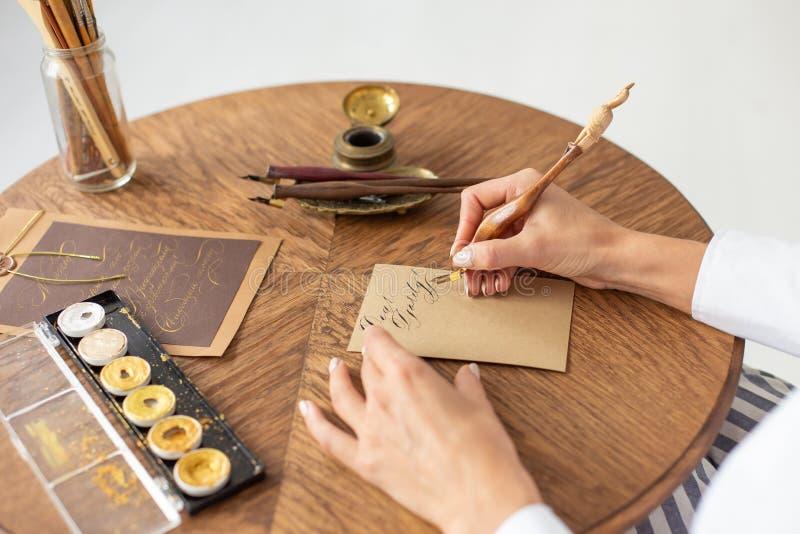 Το νέο όμορφο κορίτσι σε ένα πολυτελές εσωτερικό γράφει μια επιστολή αγάπης στο φίλο της Ρομαντική διάθεση την ημέρα του βαλεντίν στοκ φωτογραφία με δικαίωμα ελεύθερης χρήσης