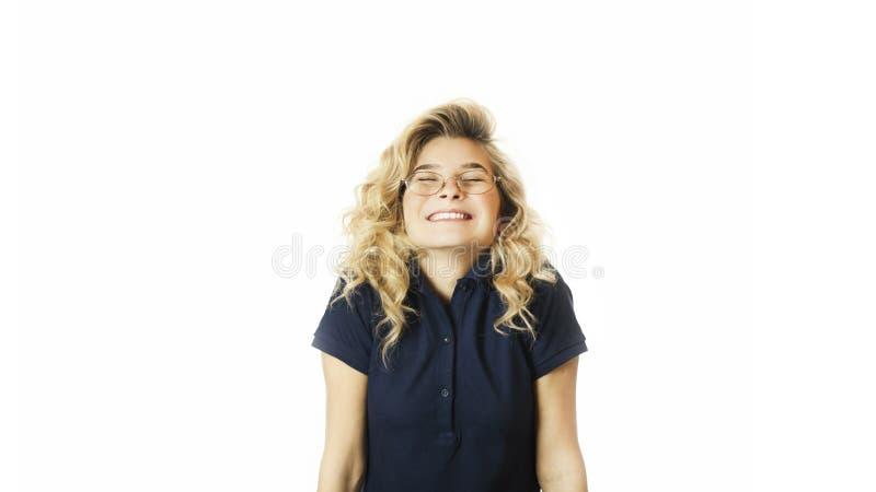 Το νέο όμορφο συναισθηματικό κορίτσι χαίρεται και φωνάζει σε ένα απομονωμένο λευκό υπόβαθρο στοκ φωτογραφίες