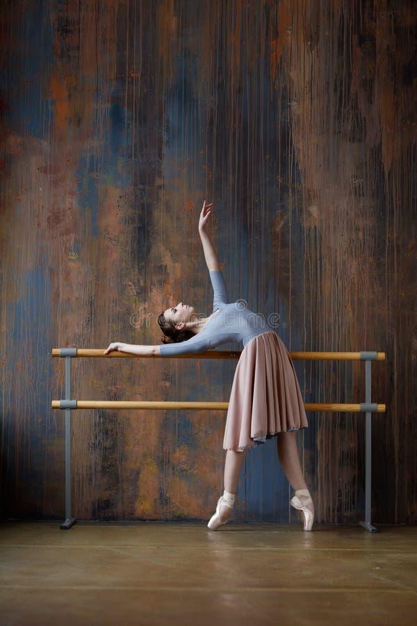 Το νέο όμορφο ballerina θέτει στο στούντιο στοκ φωτογραφία