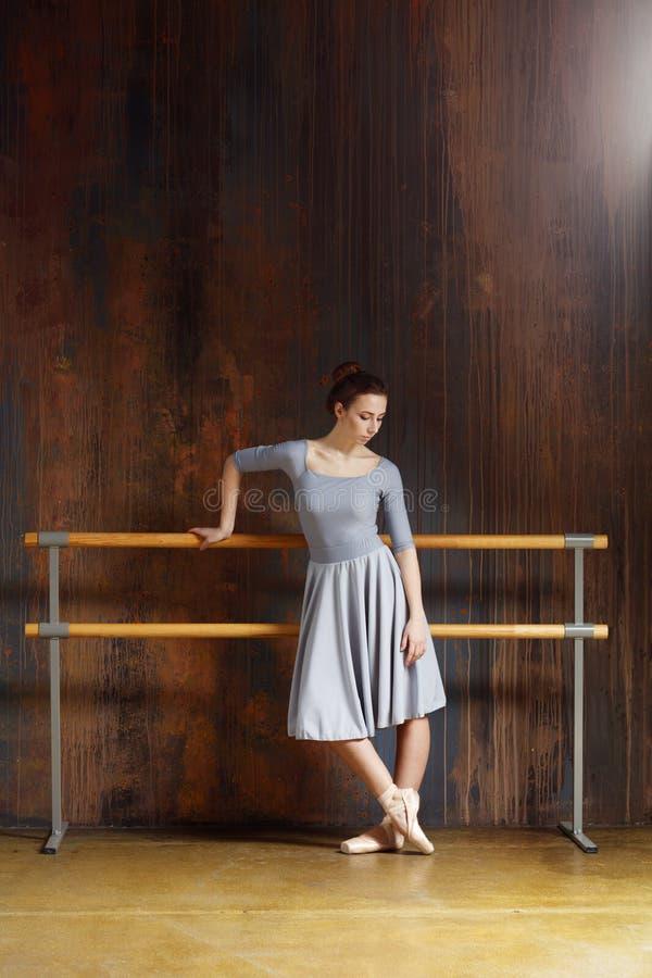 Το νέο όμορφο ballerina θέτει στο στούντιο στοκ φωτογραφία με δικαίωμα ελεύθερης χρήσης