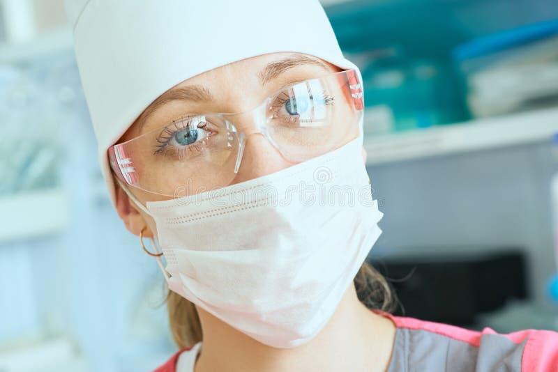 Το νέο anesthesiologist γιατρών γυναικών έντυσε στη μάσκα, τα γυαλιά και το καπέλο έτοιμες για τη χειρουργική επέμβαση και να εξε στοκ εικόνες με δικαίωμα ελεύθερης χρήσης