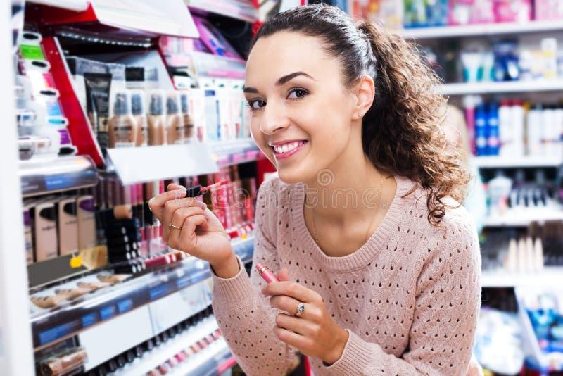 Το νέο brunette που επιλέγει το χείλι σχολιάζει στοκ εικόνες με δικαίωμα ελεύθερης χρήσης