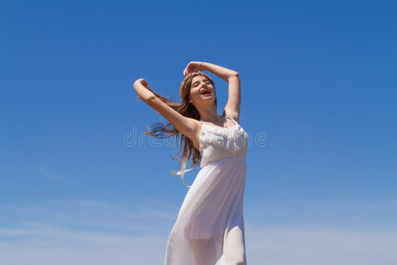 Το νέο brunette στο άσπρο ψιλό φόρεμα απολαμβάνει στοκ φωτογραφίες με δικαίωμα ελεύθερης χρήσης