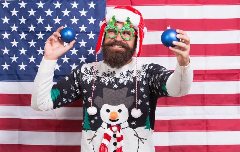 Το να είσαι Αμερικανός μπορεί να έχει πλάκα Ο γενειοφόρος άνδρας διασκεδάζει για το νέο χρόνο Πατριωτικός Άγιος Βασίλης σε πανό α στοκ φωτογραφία με δικαίωμα ελεύθερης χρήσης