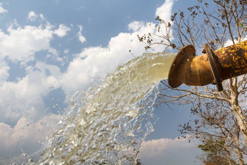 Το νερό αντλιών συμπληρώνει τη δεξαμενή στοκ φωτογραφία με δικαίωμα ελεύθερης χρήσης