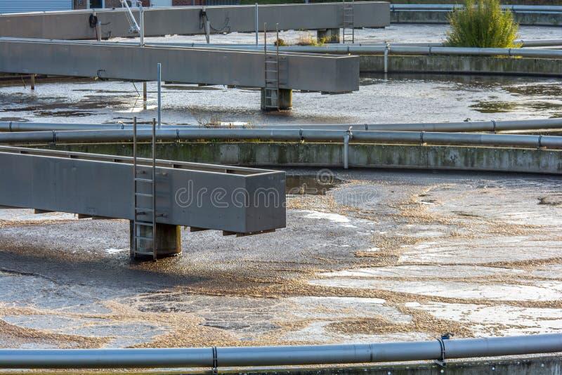 Το νερό καθαρίζεται σε ένα εργοστάσιο επεξεργασίας λυμάτων στοκ εικόνα
