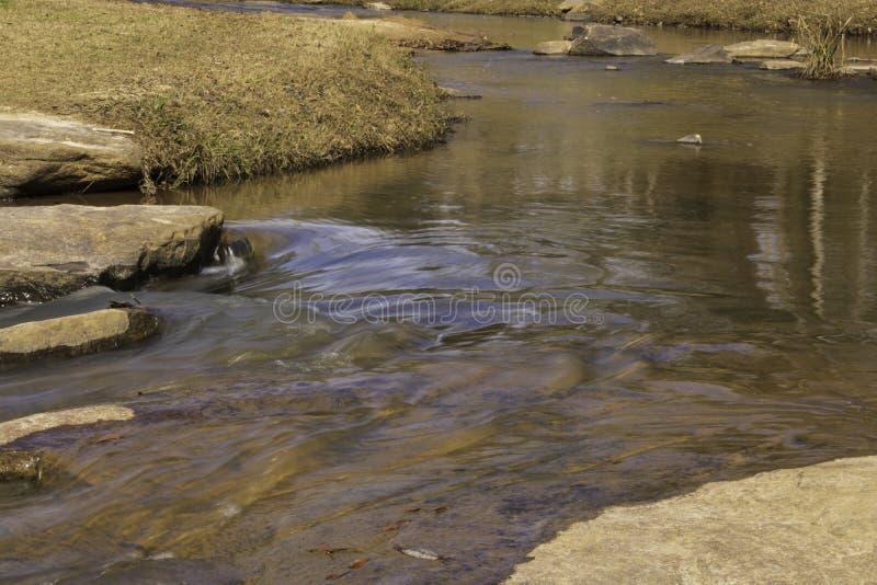 Το νερό κυματίζει γύρω από τον βράχο στοκ εικόνες με δικαίωμα ελεύθερης χρήσης